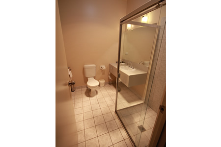 deluxe-twin-bathroom